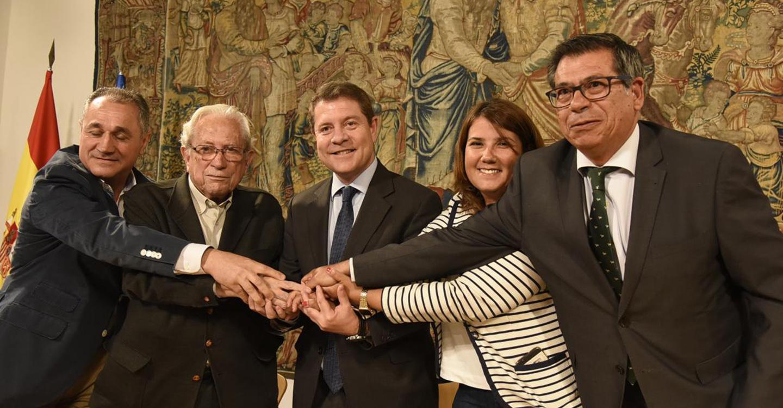 García-Page firma  un pacto institucional y social por Talavera de la Reina