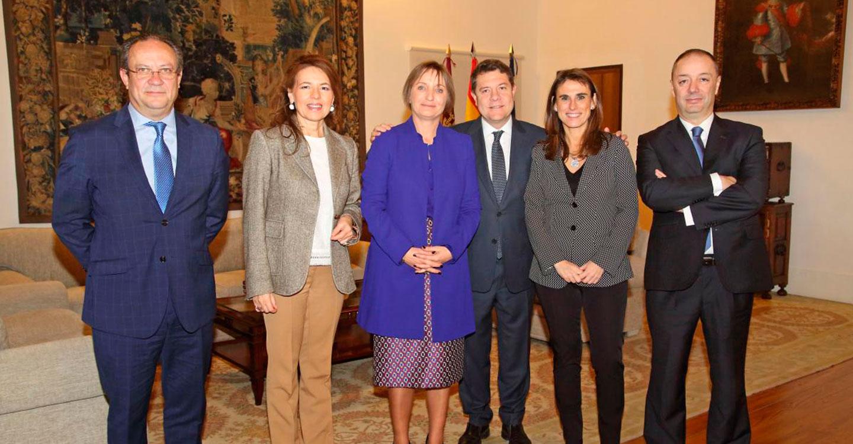García-Page recibe a la nueva directora territorial de Caixabank en Castilla-La Mancha y Extremadura, Isabel Moreno