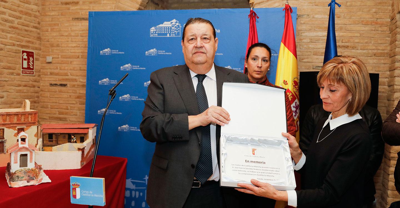 """Inaugurado el belén """"inacabado"""" de las Cortes de CLM, homenaje a su autor fallecido"""