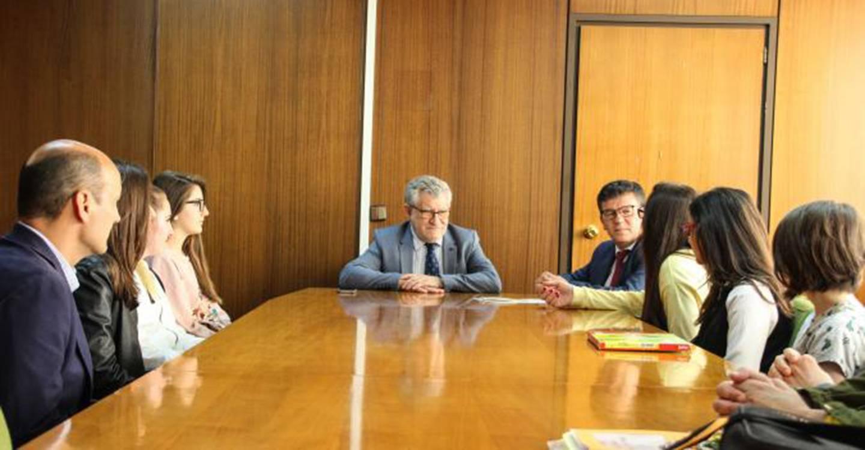 Ángel Felpeto felicita a las alumnas del IES 'Tomás Navarro Tomás' integrantes de los equipos ganadores en la competición 'STEAM4Youth'