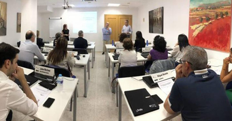 """Las """"Rutas hacia el éxito: Alcanza la cima empresarial"""" de Escuela de Negocios FEDA, un éxito de formación entre los empresarios de Villarrobledo"""