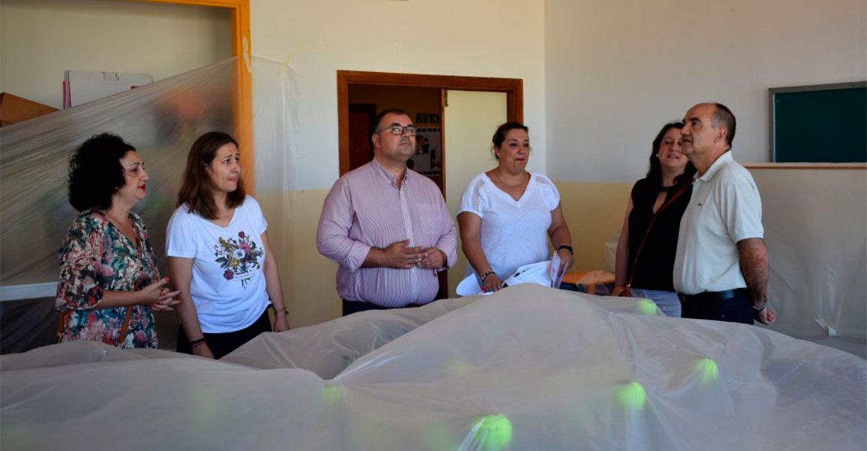 El Alcalde, Valentín Bueno, visita las obras de cambio de ventanas en el Colegio Giner de Los Ríos.