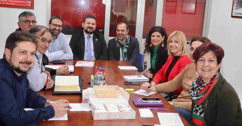 Reunión del PSOE con el alcalde de La Roda (Albacete) para abordar los proyectos del municipio