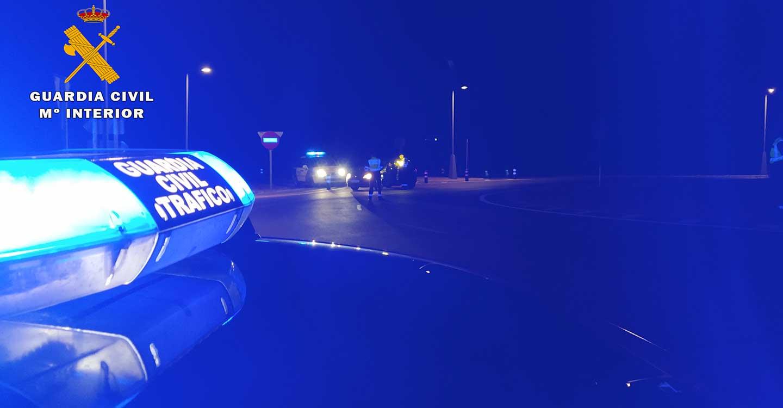 Agentes de la Agrupación de Tráfico de la Guardia Civil de Albacete detienen a una persona por un robo con violencia