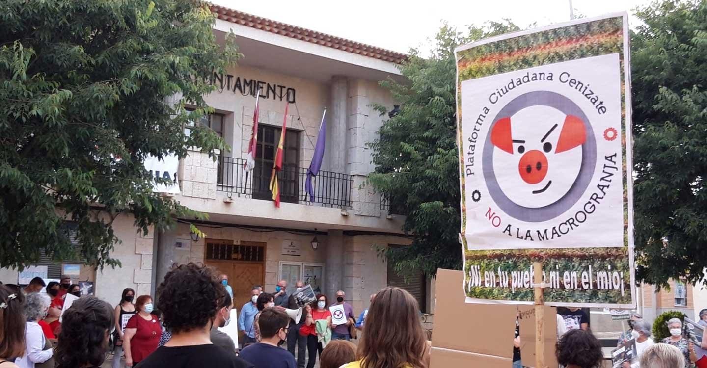 ACEM y la Plataforma Rural por Cenizate se concentraron por segunda vez en la Plaza del Ayuntamiento de Cenizate para denunciar el plan de las macrogranjas y plantas de Biogás
