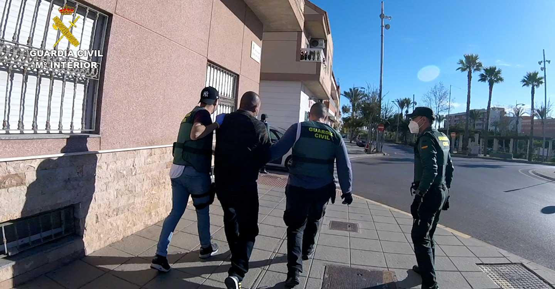 La Guardia Civil ha desmantelado una red que tramitaba permisos de residencia y rentas a falsas víctimas de violencia de género