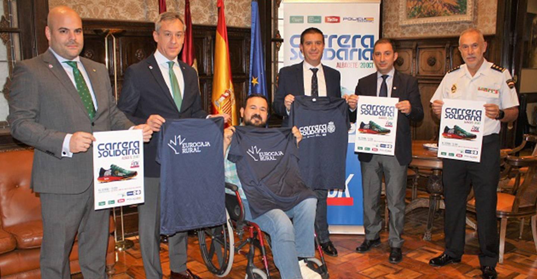 El presidente de la Diputación de Albacete ya tiene su camiseta de la Carrera Solidaria