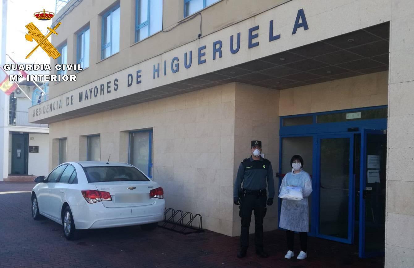 La Guardia Civil de Albacete traslada material sanitario a  residencias de su provincia donadas por ACEPAIN