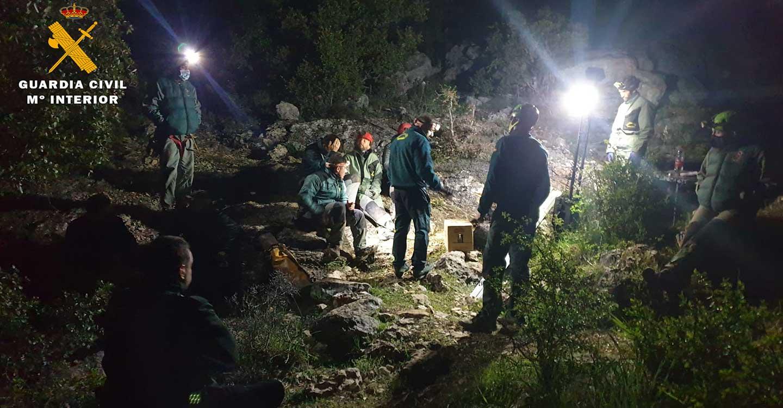 Especialistas en montaña de la Guardia Civil rescatan el cadáver de un espeleólogo del interior de una cueva