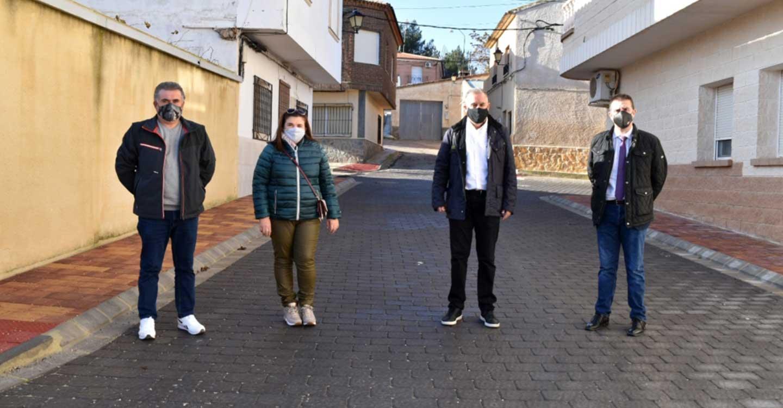 Cabañero comprueba en Hoya Gonzalo los resultados de las obras de pavimentación, saneamiento y abastecimiento acometidas por la Diputación en la calle Herreros