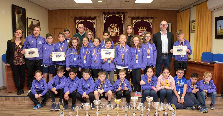 Reconocimiento a los  atletas del CEIP Azorín por la consecución del campeonato regional escolar de cross