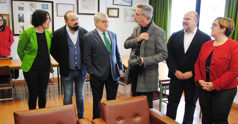 """El alcalde y el consejero de Educación visitan el IES Bernardo Balbuena, """"joya arquitectónica"""" de Fisac cuyo aulario será ampliado"""