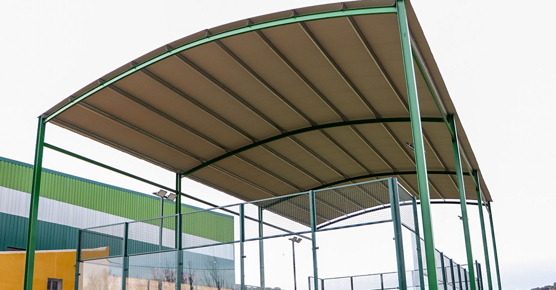El Ayuntamiento pone a disposición de los aficionados la flamante pista de pádel dotada de todos los equipamientos, cubierta incluida