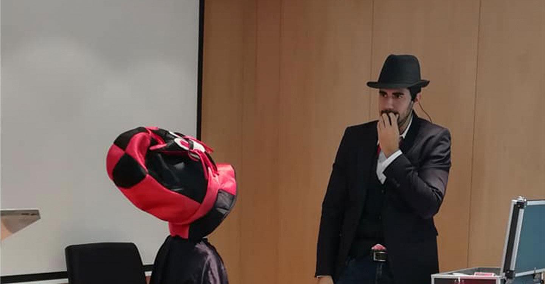 El mago Javier Alises hizo las delicias de los pequeños en el Colegio Oficial  de Ingenieros Industriales