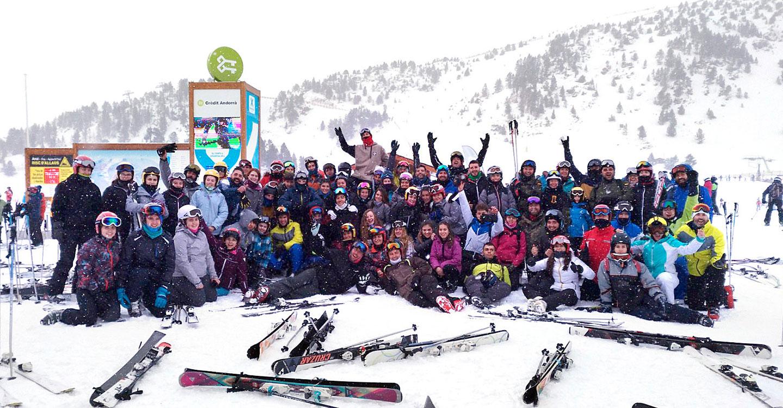 Más de un centenar de personas, entre estudiantes, vecinos y vecinas, viajaron a la nieve con la actividad organizada por el IES Vicente Cano y el Ayuntamiento de Argamasilla de Alba