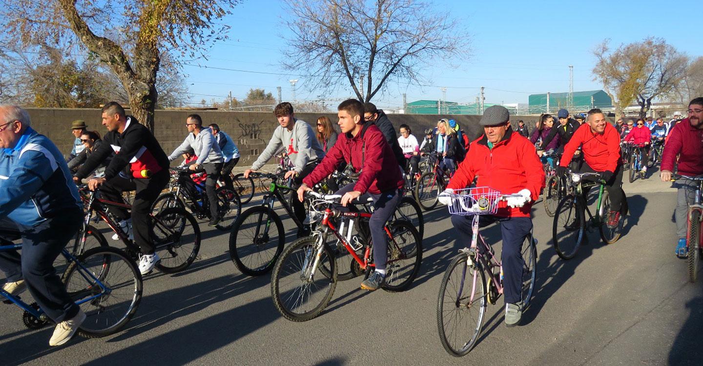 Más de mil personas festejan con sus bicicletas el 40º cumpleaños de la Constitución