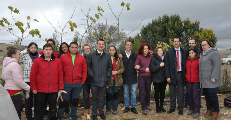 El presidente de la Diputación visita un taller de empleo de viveros en Poblete
