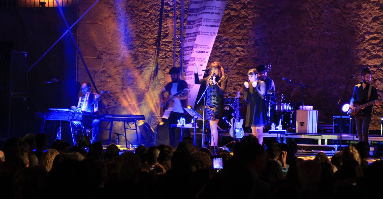 Rozalén llena la plaza de Manzanares con su río de canciones