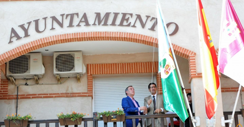 Caballero desea que la bandera de Fuente El Fresno sea un símbolo de identidad, de unión y de confraternidad