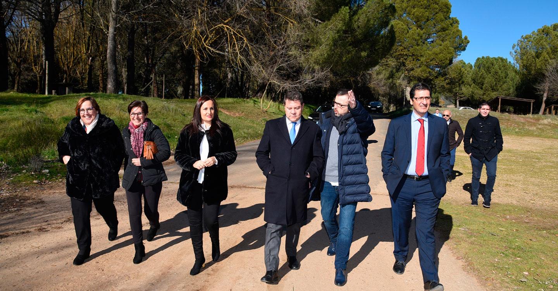 El presidente de Castilla-La Mancha se interesa por los proyectos que la Junta ha llevado a cabo en la localidad de Luciana (Ciudad Real)