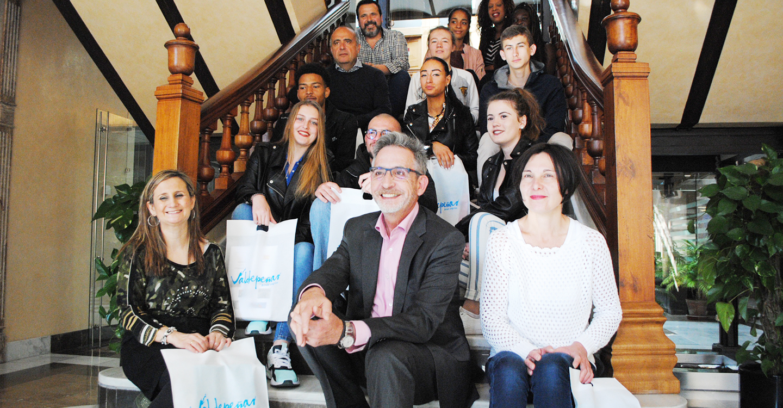 El alcalde de Valdepeñas recibe a alumnos franceses de prácticas en el comercio local