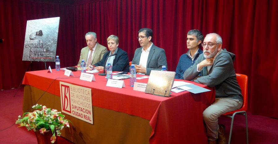 Caballero reitera su compromiso con la memoria democrática en la presentación de un libro de la BAM en Almadén