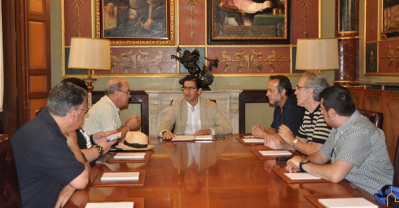 El presidente de la Diputación escucha las demandas de la Plataforma Ciudadana Plaza de las Terreras