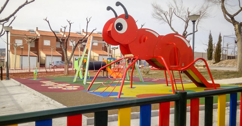 El Ayuntamiento aldeano instala un completo parque infantil que incluye un suelo de seguridad de caucho continuo