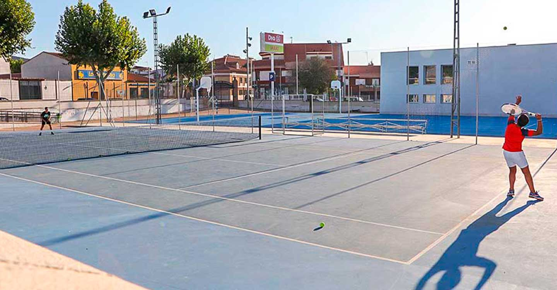 La Concejalía de Deportes ofrecerá este verano dos escuelas de tenis para menores de 5 a 14 años