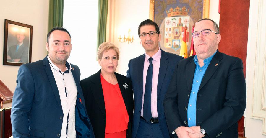 La alcaldesa de Almadén pide ayuda a Caballero para mantenimiento y reparación de colegios y edificios municipales