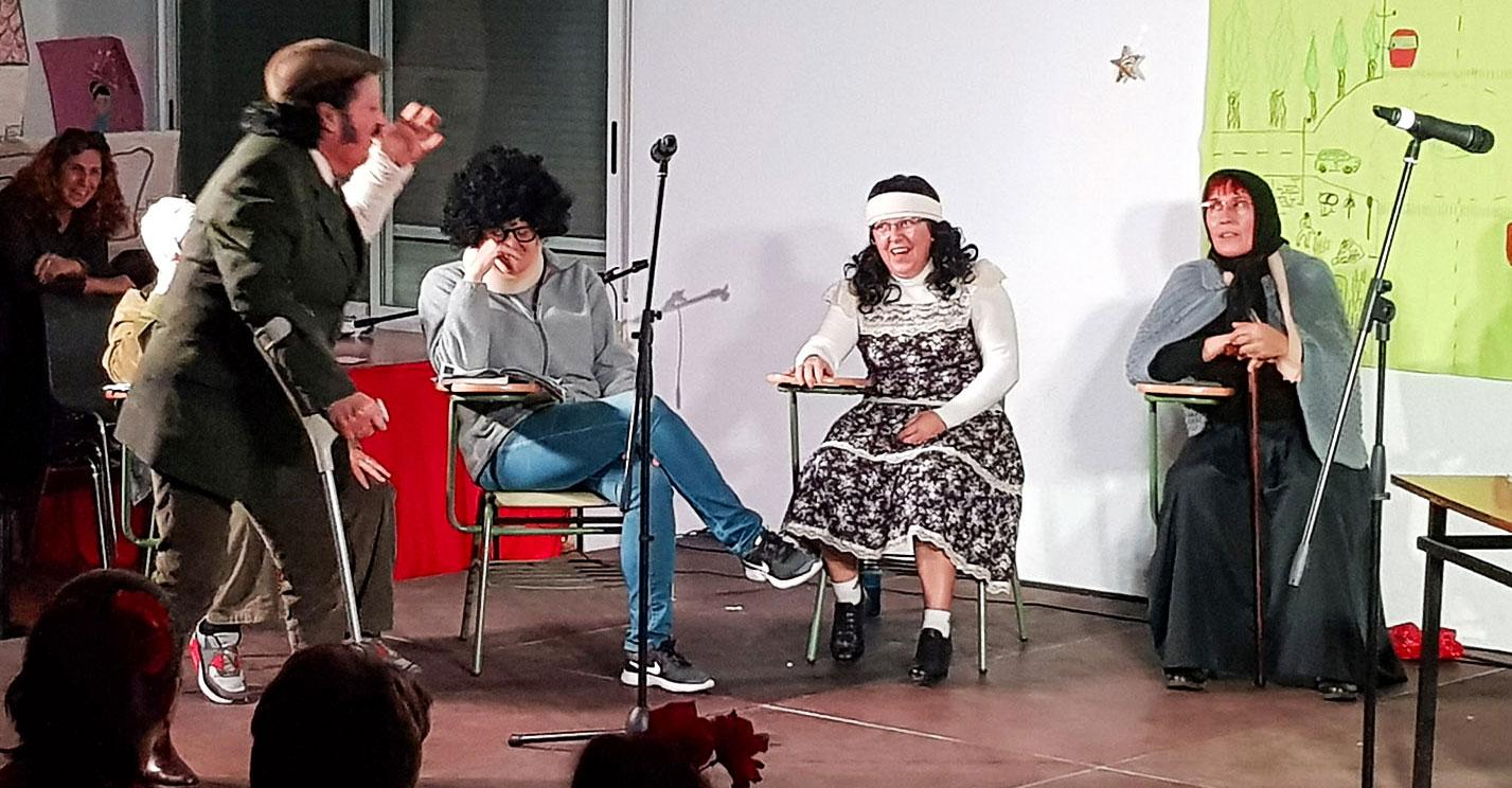 Brazatortas felicita la Navidad a sus mayores con un variado espectáculo de flamenco, teatro y variedades