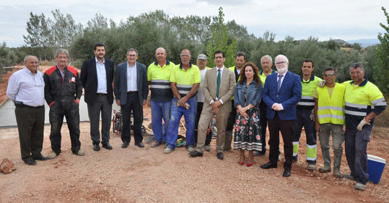 Caballero visita en Villanueva de la Fuente el arreglo de un camino rural