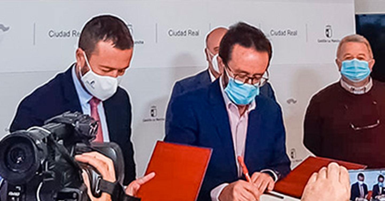 Toledano firma el convenio que dotará de contenidos el Centro de Interpretación del Valle de Alcudia