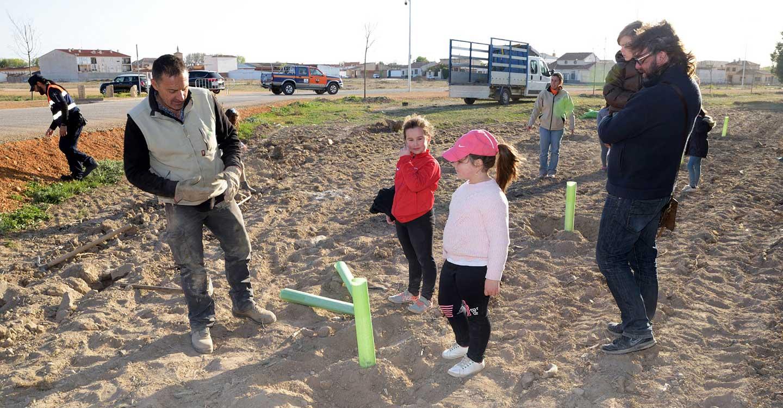 Los niños y niñas de la Pequeteca y de la Ludoteca plantan cerca de un centenar de encinas