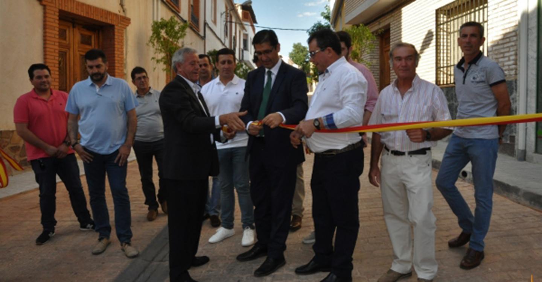Caballero inaugura la calle San Juan de Albaladejo, donde la Diputación ha invertido en lo que va de mandato un millón de euros