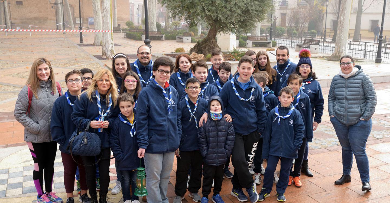 Los scouts Alba llevan al ayuntamiento la Luz de la Paz de Belén
