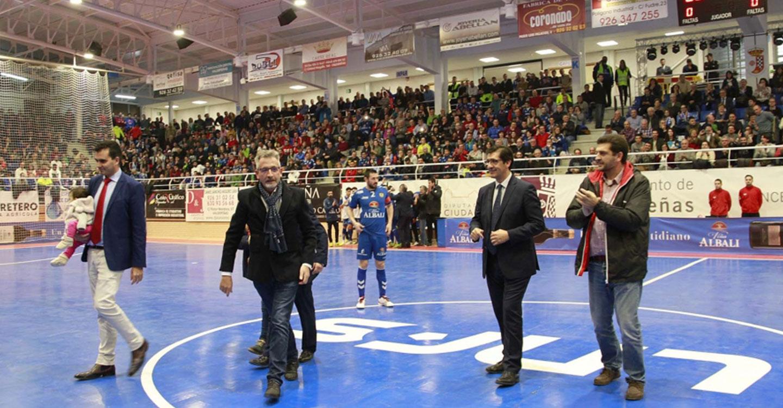 Caballero asiste a la inauguración del reformado pabellón deportivo de Valdepeñas