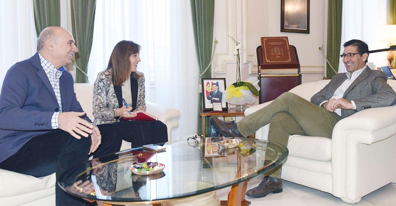 El presidente de la Diputación se interesa por la situación de los periodistas de la provincia