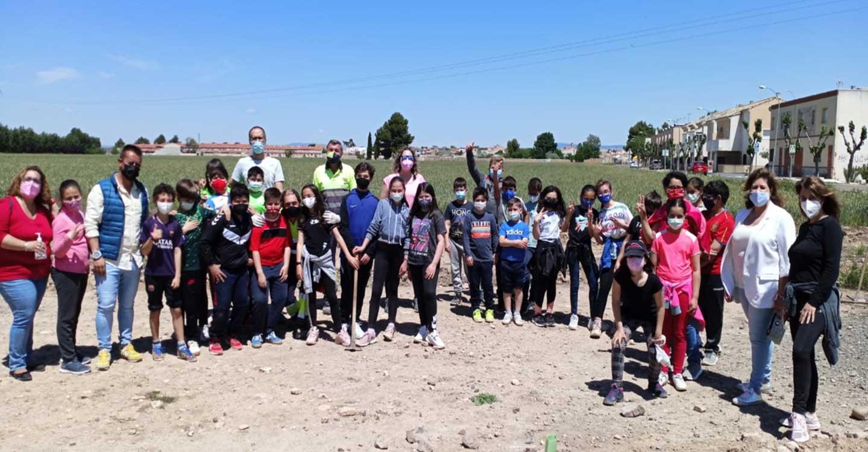 Unos 70 escolares participaron en la jornada de plantación de árboles en Torralba de Calatrava