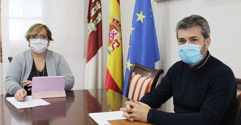 El alcalde de Caracuel de Calatrava, Ismael Laguna, presentó a la delegada de la Junta de Comunidades dos proyectos para explotar los recursos naturales y culturales del municipio como motor de desarrollo socioeconómico