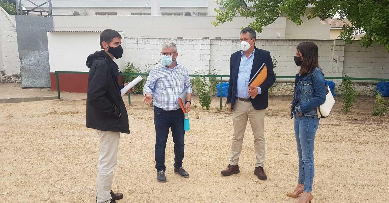 Comienzan los trabajos previos de instalación del césped artificial en el campo de fútbol de Villarta de San Juan