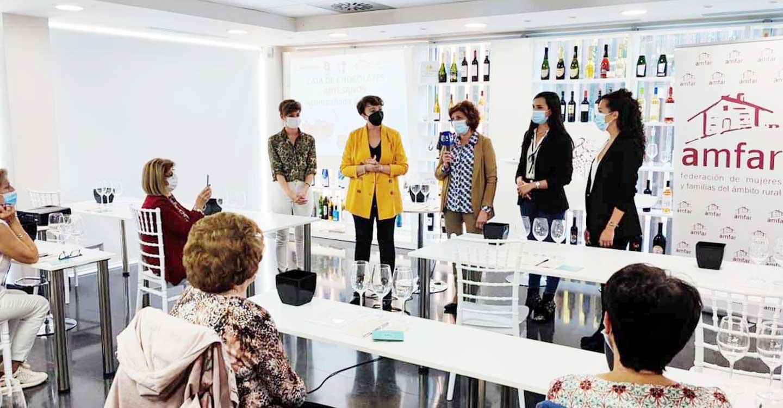 Una treintena de mujeres en la cata de vino y chocolate organizada por AMFAR Socuéllamos