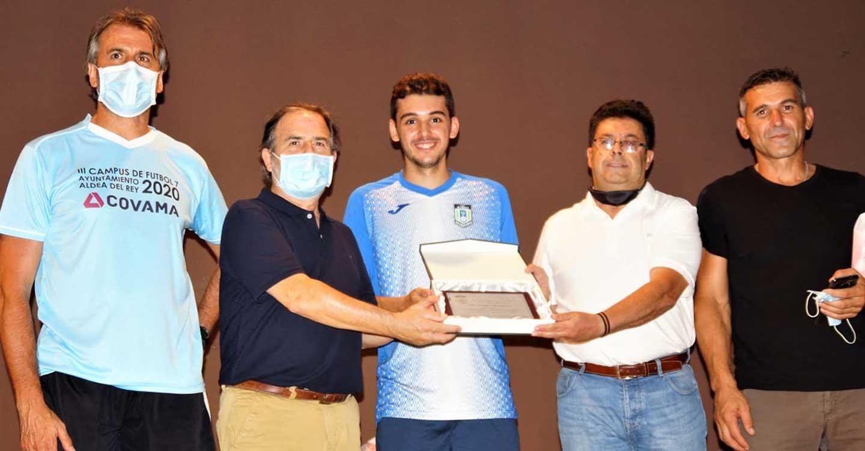Juan Andrés Ruiz Segovia, 'Juanan' visita el III Campus de Fútbol 7 de Aldea del Rey que le rinde homenaje