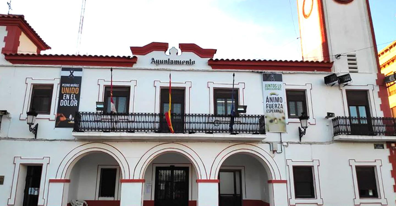 El Ayuntamiento de Pedro Muñoz pone a disposición de los propietarios de perros una botella plegable para eliminar los orines en espacios públicos.
