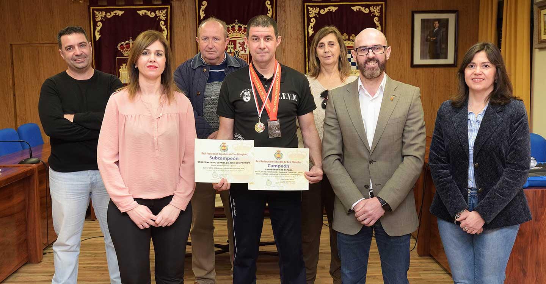 La Corporación Municipal recibe a Gabriel Moya, subcampeón de España de tiro con pistola y campeón por equipos