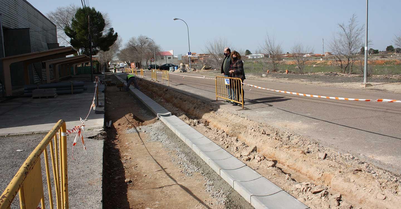 El Ayuntamiento de Torralba de Calatrava acomete el arreglo de acerados en diferentes calles y acondiciona la entrada de la carretera de Daimiel