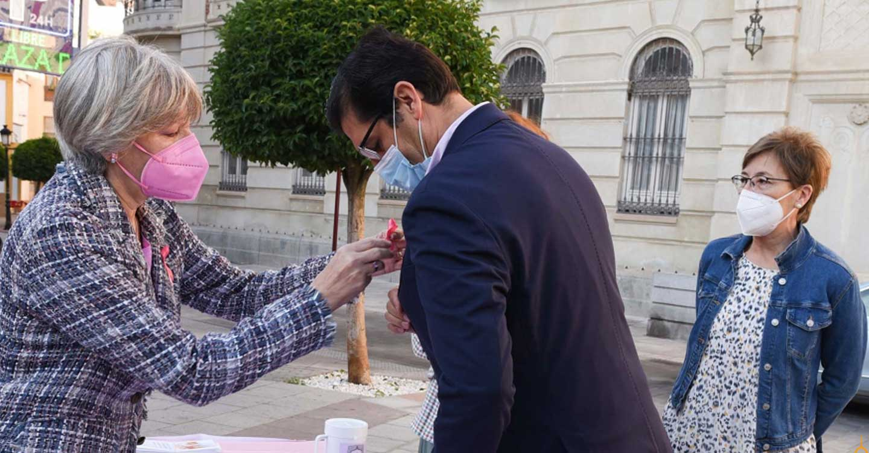 Caballero reconoce la aportación de asociaciones como AMUMA en la lucha contra el cáncer de mama