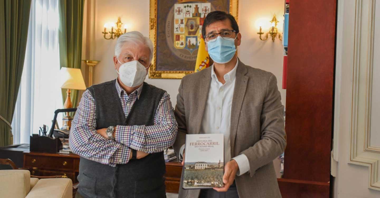 Caballero muestra su interés por la historia del ferrocarril en Ciudad Real a través de un estudio publicado por la BAM