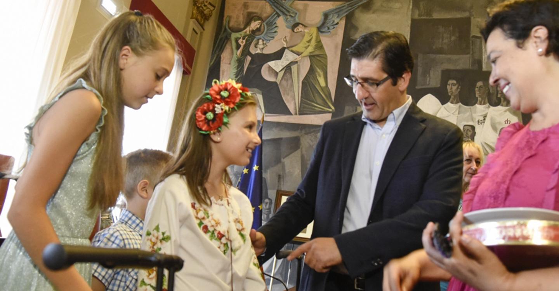 Caballero remarca el carácter solidario de la Diputación y la generosidad de las familias que acogen a menores en verano