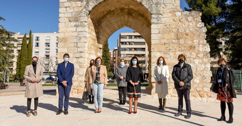 Caballero valora la adecuación del arco del Torreón del Alcázar como punto de atracción turístico